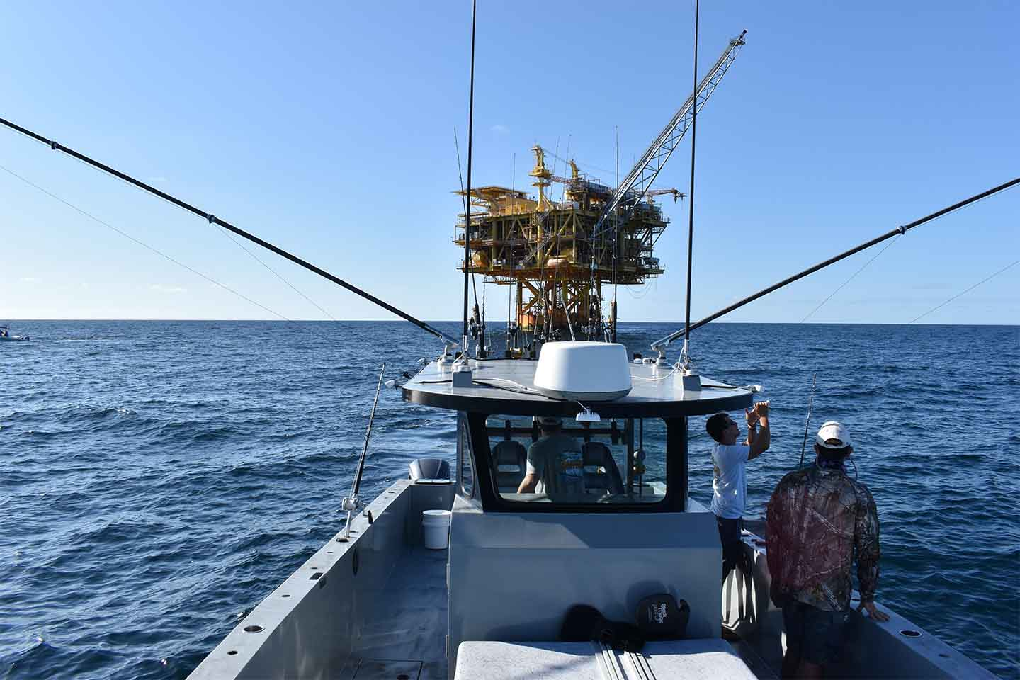 paradise outfitters charter tuna fishing at an oil rig in the Louisiana Gulf